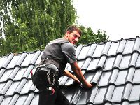 Dachdecker auf Steildach