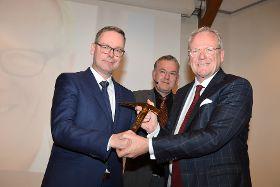 Stabübergabe, v.l.: Rolf Fuhrmann, ZVDH-Präsident Dirk Bollwerk, Artur Wierschem