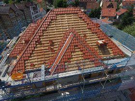 Energetische Gebäudesanierung: Dachdecker stehen bereit